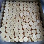 Bananenscheiben verteilen