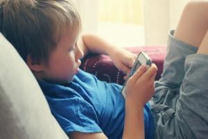 Kind spielt Smartphone